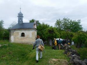 poutníci se scházejí ke kapli