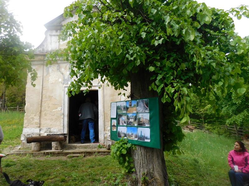 nástěnka s přehledem o vykonaných opravách kaple